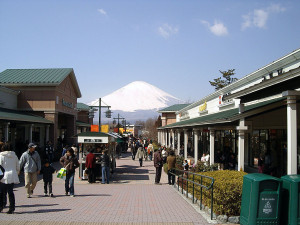 1024px-Gotemba_premium_outlets1