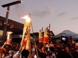 1280px-Ignition_torches_in_the_main_street_of_Yoshida_Fire_Festival