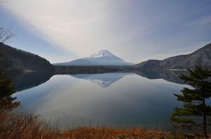 1280px-Lake_Motosu03