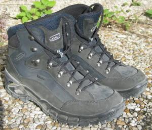 1024px-Hiking_shoes_Lowa