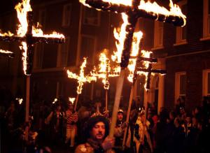 1024px-Lewes_Bonfire,_Martyrs_Crosses
